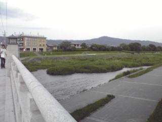 加茂川北大路橋 大文字山が見えます。