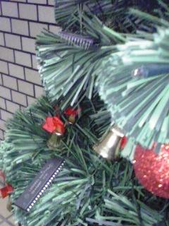 クリスマスツリーにICも飾られて
