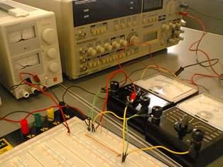電気電子実験 トランジスタを測定中