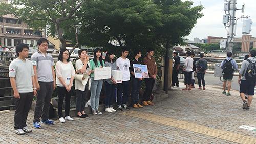 京都市の三条大橋界隈でネパール大地震の募金を呼び掛けるKCGIの学生たち(2015年5月23日)