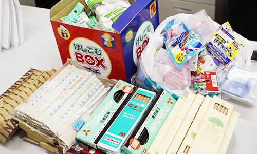 ネパール大地震で被災した学校に届けようと教職員や学生が集めた文房具