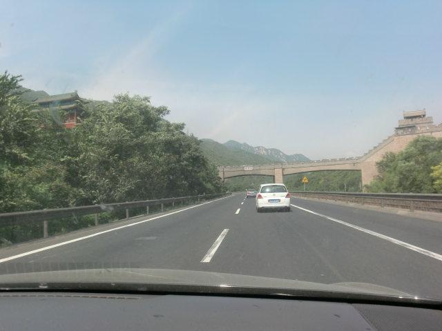 高速道路を横切る万里の長城