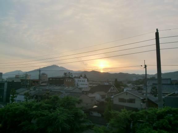 金環日食日の出直後@百万遍,比叡山方向
