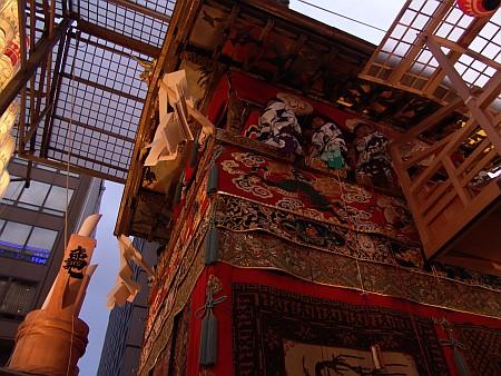 祇園祭宵山の山鉾を至近距離から見た側面