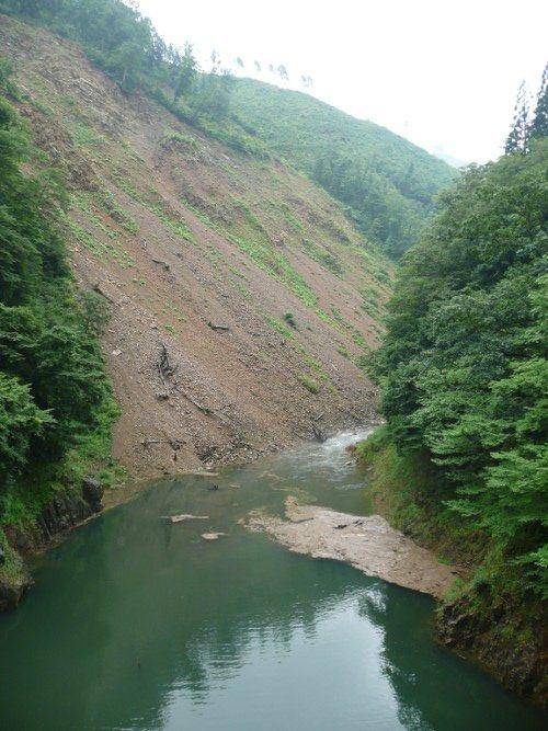 大規模な土砂崩れ。山崩れ?