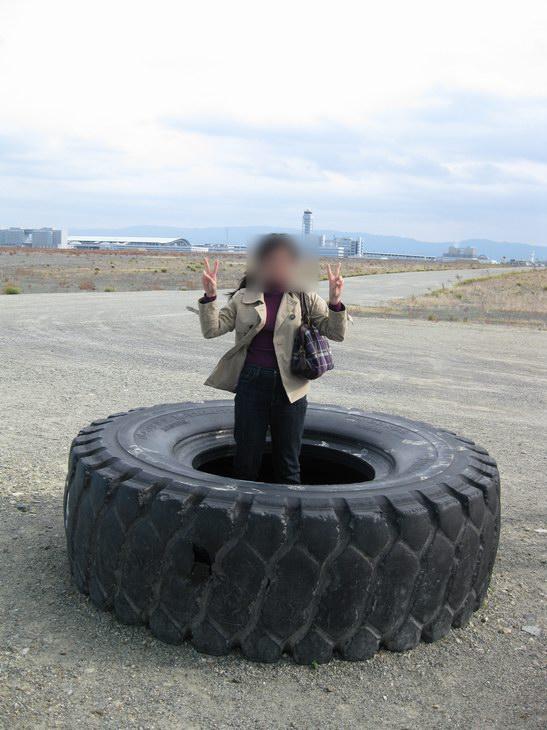 関西国際空港46トン積大型ダンプトラックのタイヤ