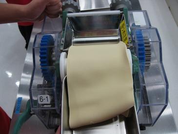 製麺機で薄くする