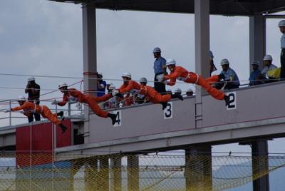第39回全国消防救助技術大会・ロープブリッジ渡過スタート直後