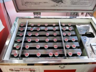 コカコーラ京都工場の古い自販機の中身