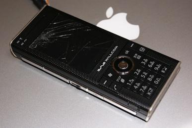 ウィルコムのスマートフォンW-ZERO3[es](WS007SH)の割れた液晶