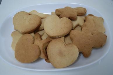 はちみつクッキーを白い皿で盛り付け