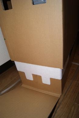 東芝レグザ37Z9000の箱を持ち上げる
