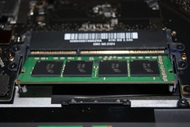 MBP15に4GBのメモリを挿す,一枚目