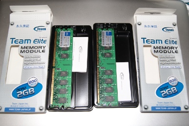 TeamElite PC6400 DDR2 Long-DIMM 800MHz 2GBの箱からメモリーを出した