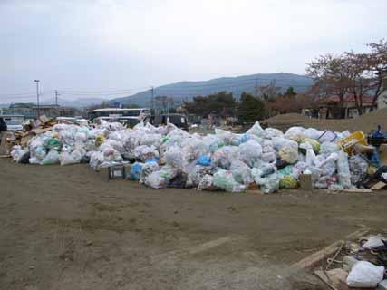 ゴミ集積所整理作業前
